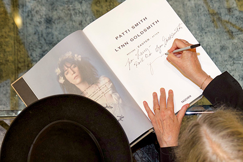 002_GOLDSMITH_PATTI_SMITH_CE_SIGNING005_SMITH-PATTI_BEVERLY_HILLS_2019-10_66938