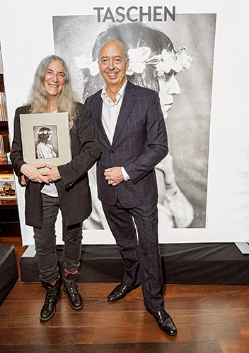 004_GOLDSMITH_PATTI_SMITH_CE_SIGNING007_SMITH-PATTI_TASCHEN-BENEDIKT_BEVERLY_HILLS_2019-10_66938