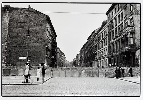8_Will McBride_Babys zeigen an der Mauer_1961_copyright und courtesy the artist