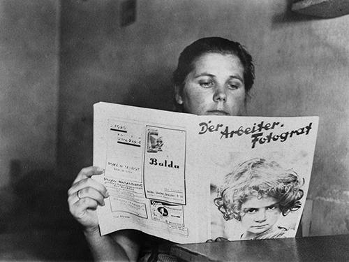 Abb_01_df_pos-1986-a_0000006_ORIGProletarierin liest Zeitung
