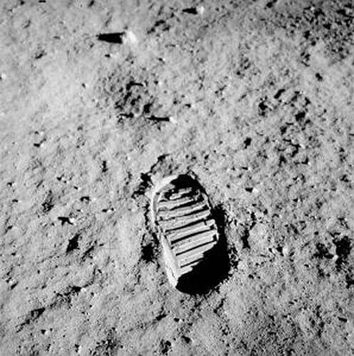 1907_01_Schwerpunkt_Apollo_11_bootprint-298x300