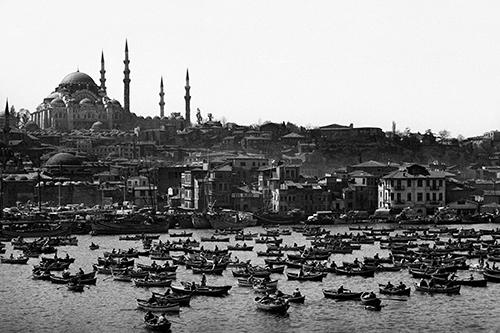 Ara_G_ler_Das_Goldene_Horn_im_Hintergrund_die_S_leymaniye-Moschee_Istanbul_1962