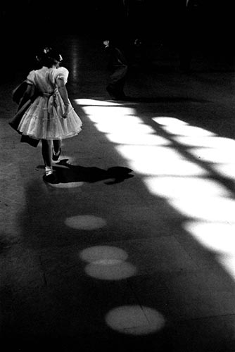 Louis-Stettner_Girl-playing-in-Circles_Penn-Station_New-York_1958