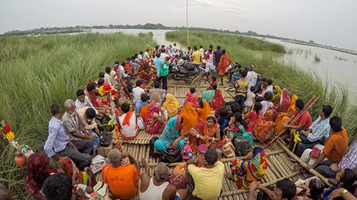 Digitales Siddharth Agarwal_Crossing the Ganga with pilgrims at Sultanganj Bihar