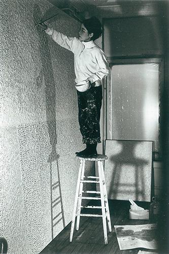 gb20_p_kusama_kusama_in_ihrem_studio_ny_ca_-1961_c_yayoi_kusama_72dpi_3