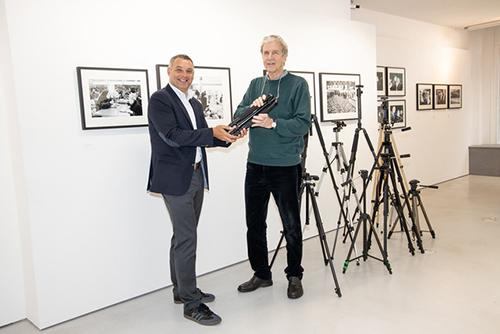 Rollei_ Thomas Güttler übergibt die ersten Stative an Urs Kluyver_s